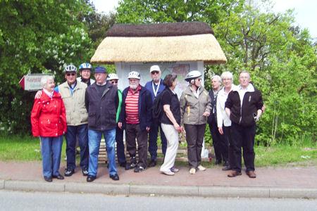 Wanderbewegung Gruppe von Wanderern vor einer Landkarte