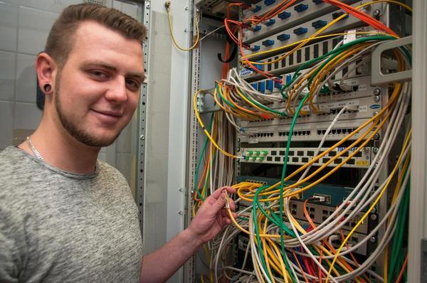 Finn Heydorn ist bei der Stadt Elmshorn Auszubildender zum Fachinformatiker