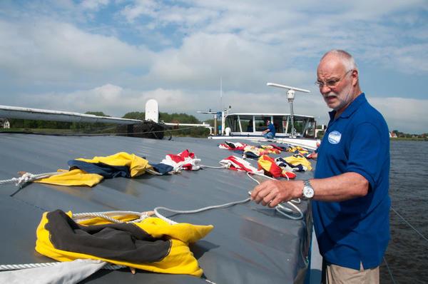 Norbert Hartmann beim Vorbereiten des Über-die-Toppen-Flaggens